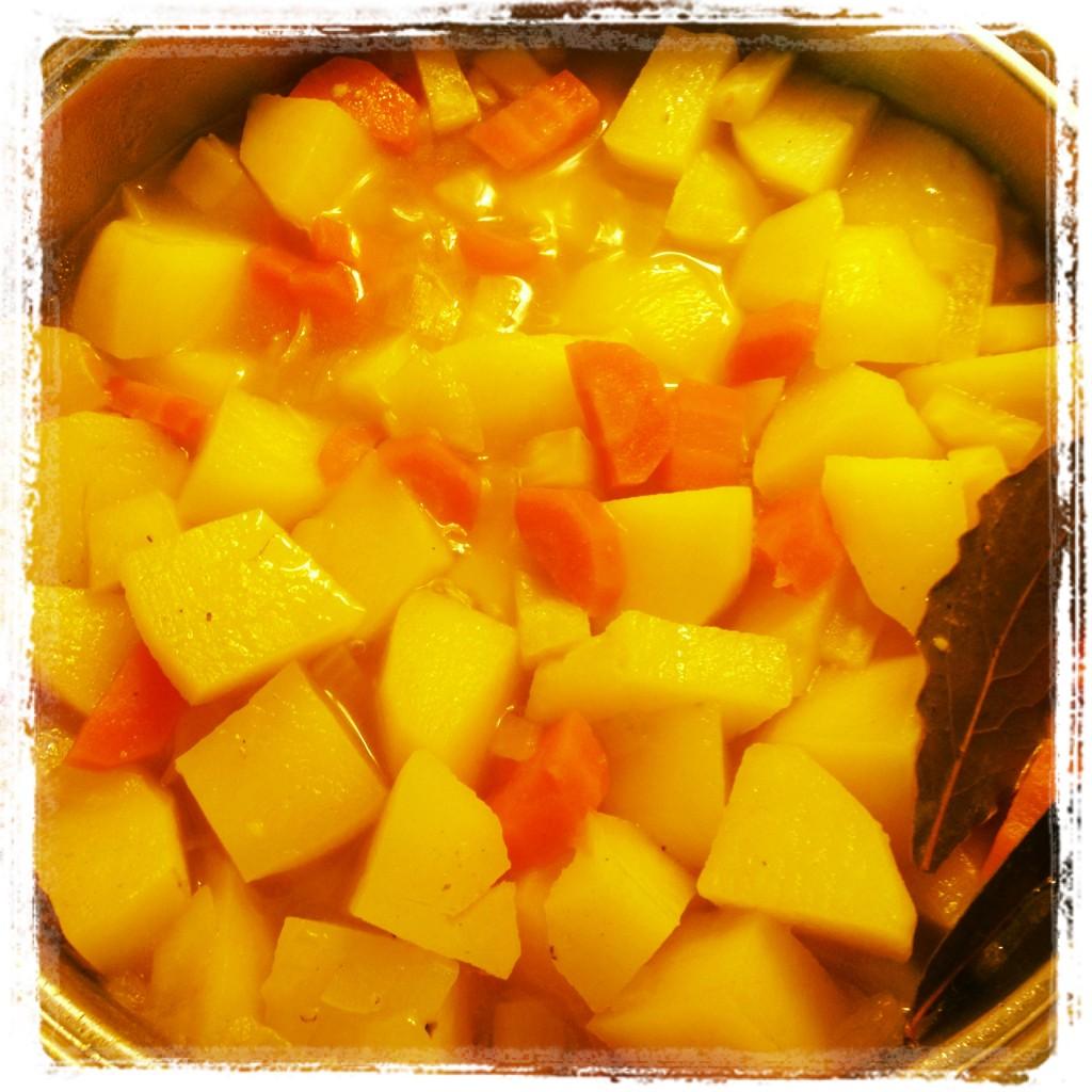 Lecker Kartoffelsuppe gekocht und verspeist.